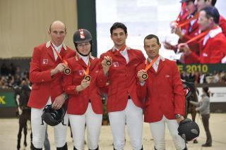 Швейцарският отбор по прескачане получи олимпийския бронзов медал от 2008 на петдесетгодишнината на шоуто в Женева